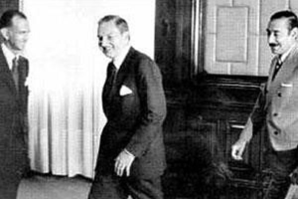 ▲ 호르헤 비델라 총재, 데이비드 록펠러, 아르헨티나 경제 장관 마르티네즈 데 호즈, 부에노스 아이레스 (1970년대)